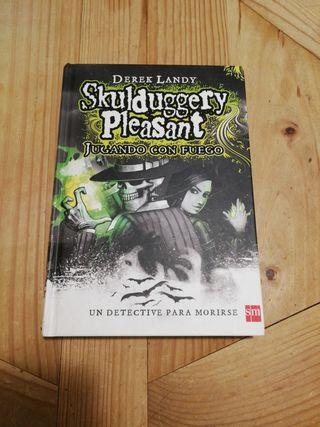 Libro Skulduggery Pleasant - Jugando con Fuego