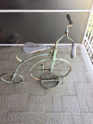 Bicicleta antigua de hierro y madera