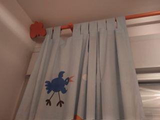 Alfombra, cortina y barra a juego