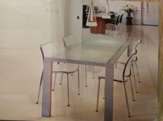 Mesa de la firma STUA modelo DENEB opción sillas
