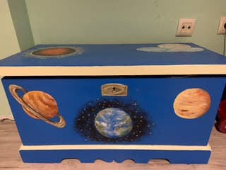 Baúl de madera pintado a mano