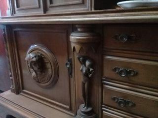 Mueble comedor con figuras talladas