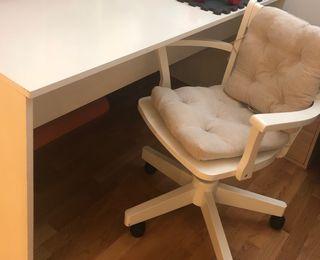 Mesa de despacho blanca y silla a juego