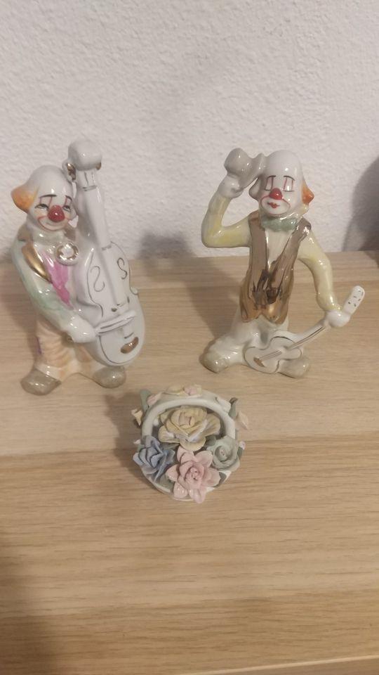 Pallasos y cesta de porcelana.
