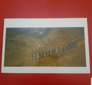 Postal de Maurizio Cattelan. Hollywood, 2001