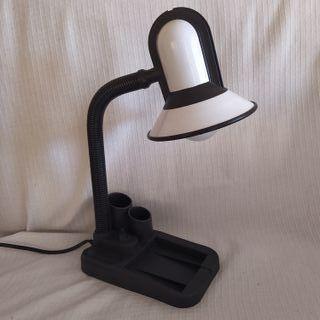 Lámpara escritorio negra y blanca