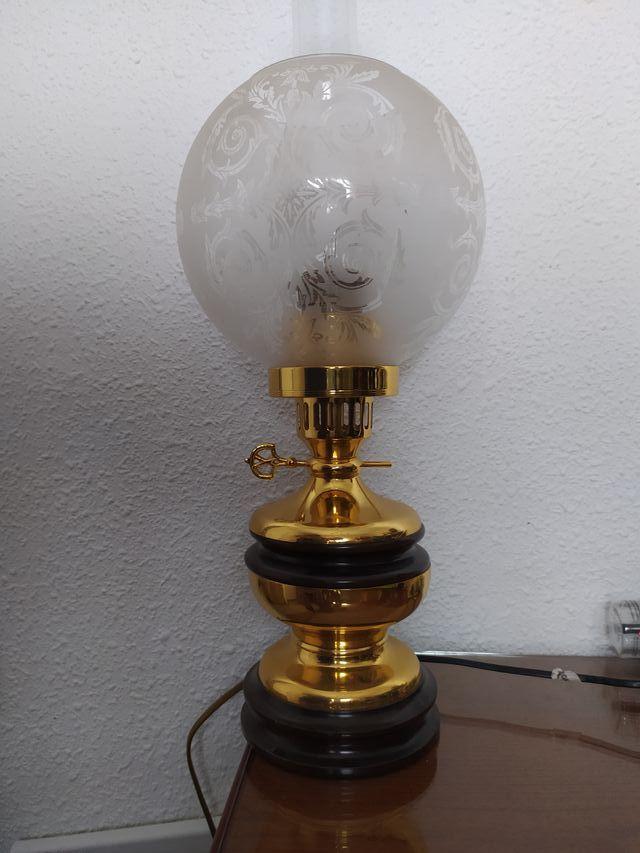 lampara sobremesa con tulipa bañada en oro.