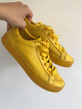 Adidas amarillas