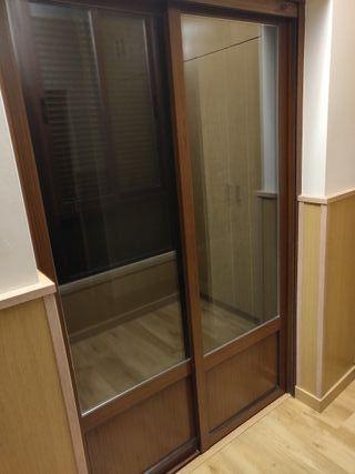 Balcon y ventana de aluminio. Color madera
