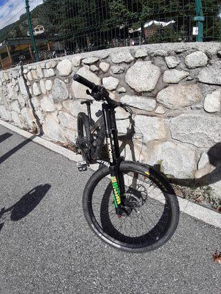 Bicicleta YT Tues Downhill 2016