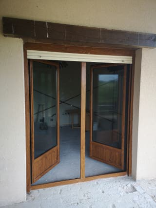 Ventana y puerta abatible