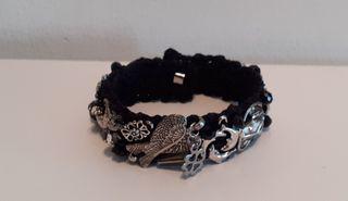 bracelet noir avec breloques et cristaux
