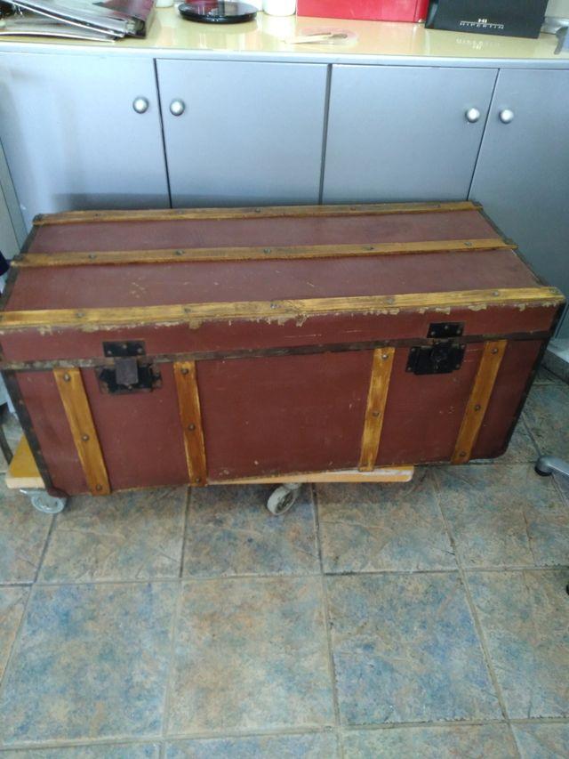 baúl de madera antiguo