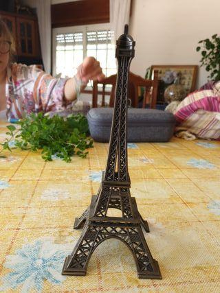 torre eifel. 23 cm de alto. 9 cm de ancho