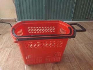 Cestas de la compra rojas con cuatro ruedas