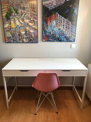 Mesa de escritorio y silla