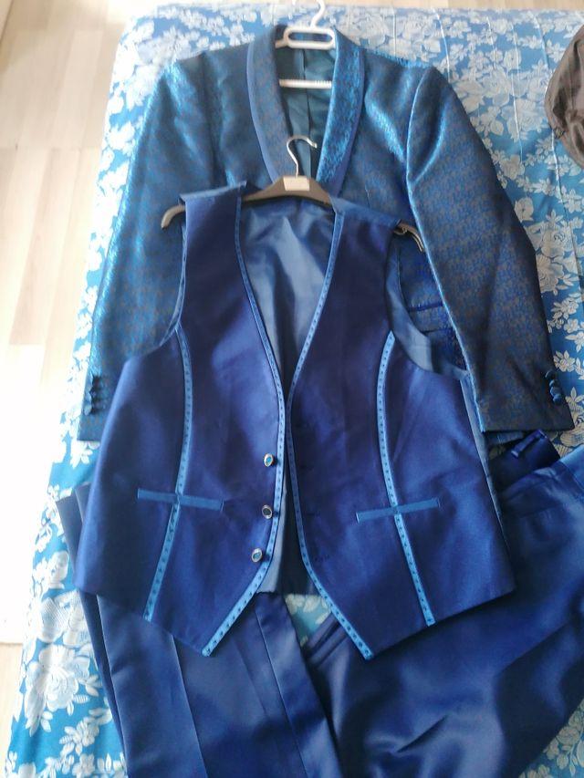 traje de novio azul