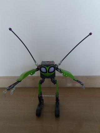 Robot juguete que hace sonidos, se mueve y anda.