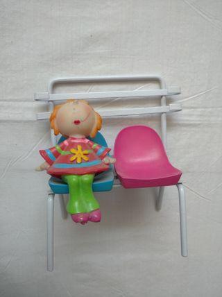 Figura niña sentada en un banco