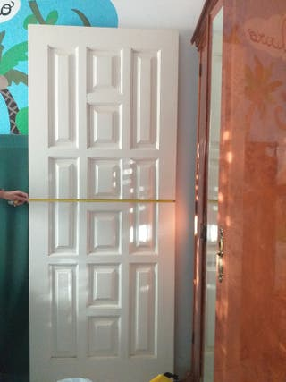 Puerta maciza de madera lacada en blanca