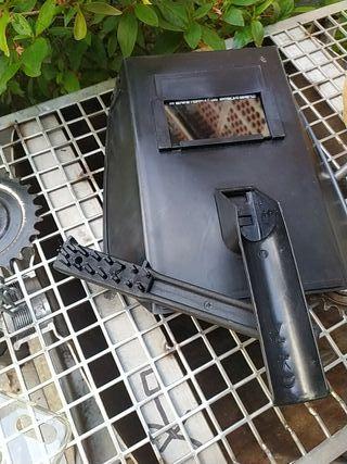 pantalla de soldar y cepillo