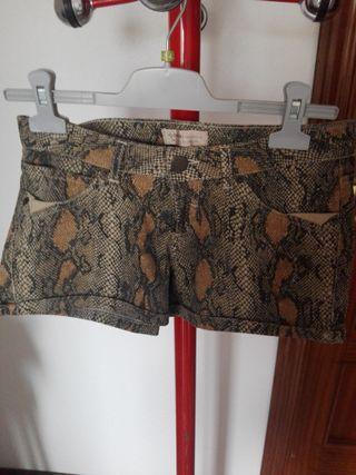 Bershka shorts con dibujo de serpiente
