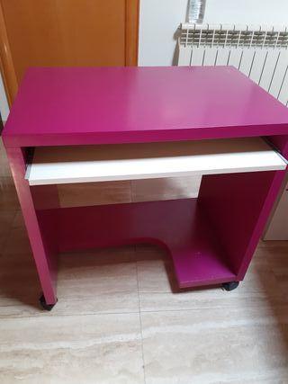 escritorio color blanco fucsia.