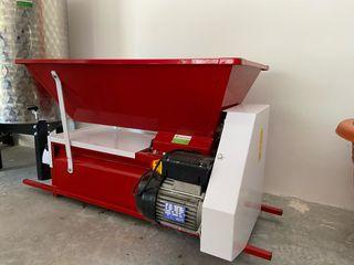 Despalilladora, prensa y embotelladora manual.