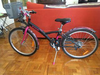 Bicicleta de niña dechatlon con casco de regalo.