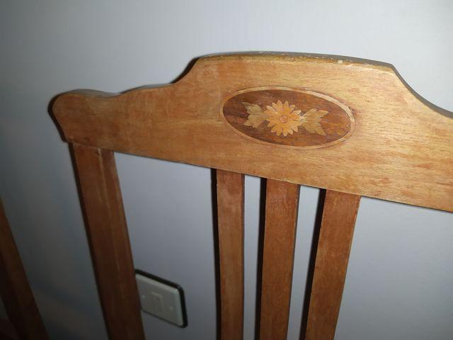 Pareja de sillas muy antiguas con marquetería