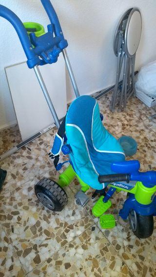 Triciclo con asa, color azul.