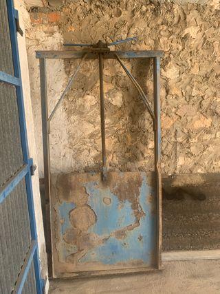 Tajadera de hierro con usillo de apertura