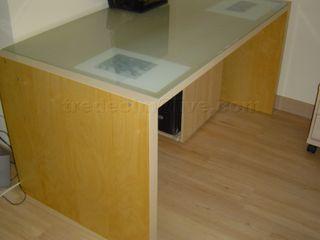 Mesa de escritorio sólida y espaciosa