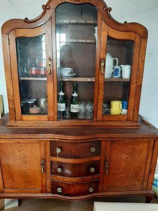 vitrina antigua de madera de castaño