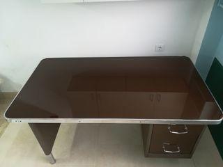 Mesa de oficina o escritorio.