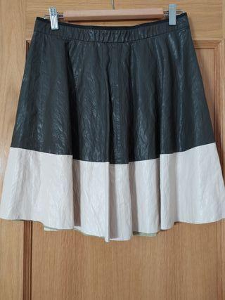 Preciosa falda Zara talla M. Imitación piel.