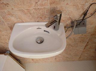 lavabo con grifo automatico