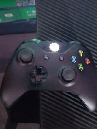 X Box One + 4 juegos + un mando y cascos