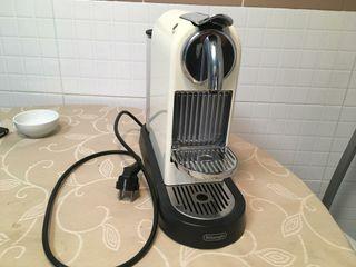 cafetera Nespresso Delonghi blanca