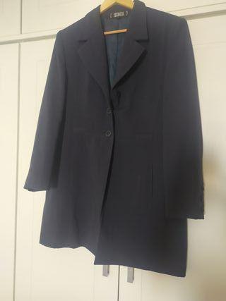 Conjunto de chaqueta larga y vestido.