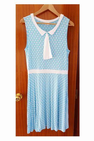 Vestido de verano azul cielo a topos blancos