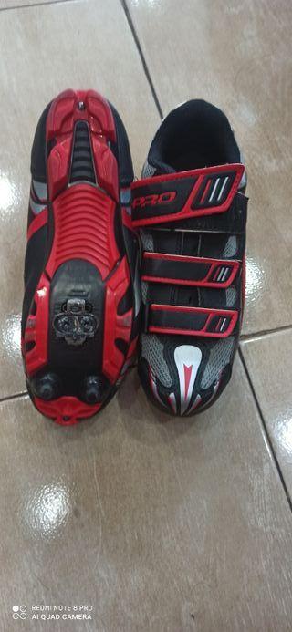 zapatillas de spinning y guantes para pesas