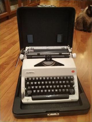 Máquina escribir antigua Olympia con maletín