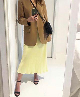 Falda de raso amarilla