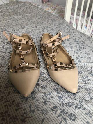 Zapato plano tipo valentino