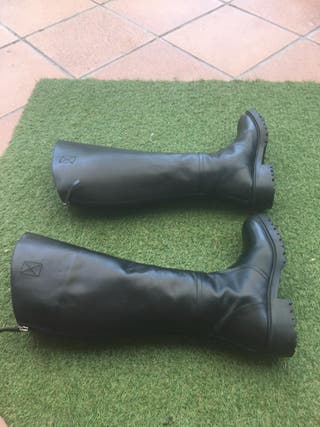 Botas negras de piel planas