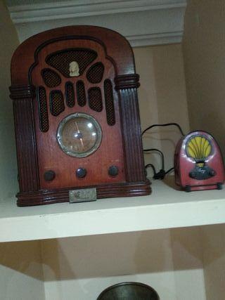 radio antigua y la pequeña de regalo