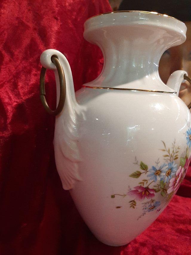 Jarrón de porcelana y flores
