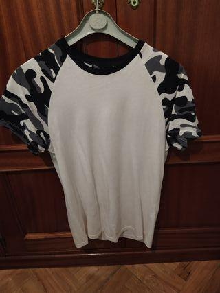 Camiseta blanca mangas en camuflaje