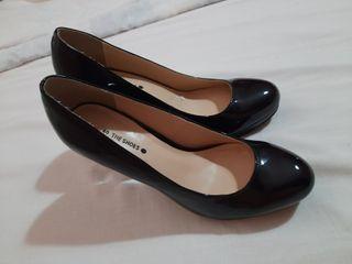 zapatos tacones altos, de charol negros.